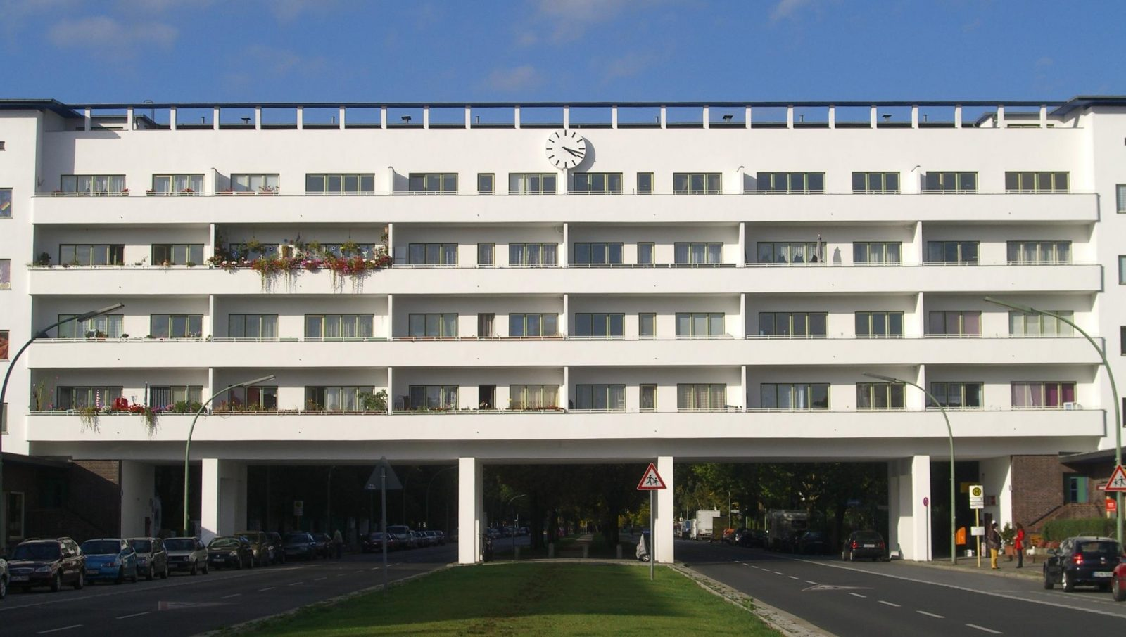 Laubenganghaus in der Weißen Stadt in Berlin-Reinickendorf, Deutschland (Aroser Allee 153/154, Architekt Otto Rudolf Salvisberg; von Südsüdwesten